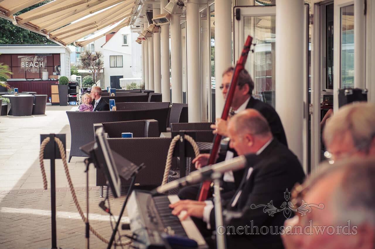 wedding guests listen to wedding musicians
