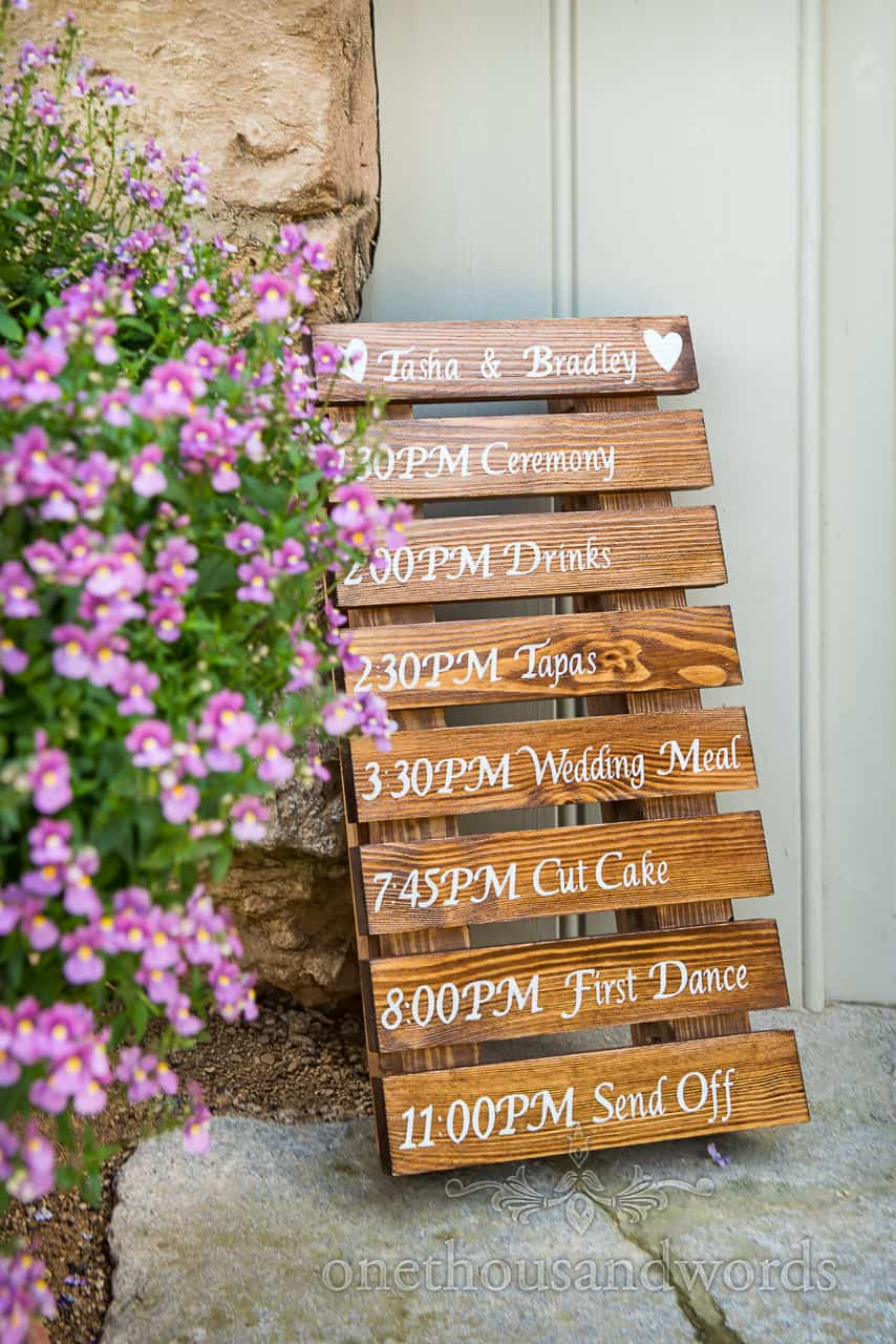 Varnished wooden pallet hand written order of the wedding day detail photo DIY wedding idea