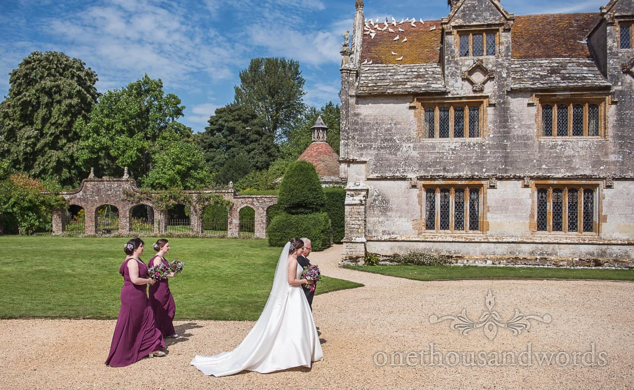 Bridal party arrive at Athelhampton wedding venue in sunshine by one thousand words photography