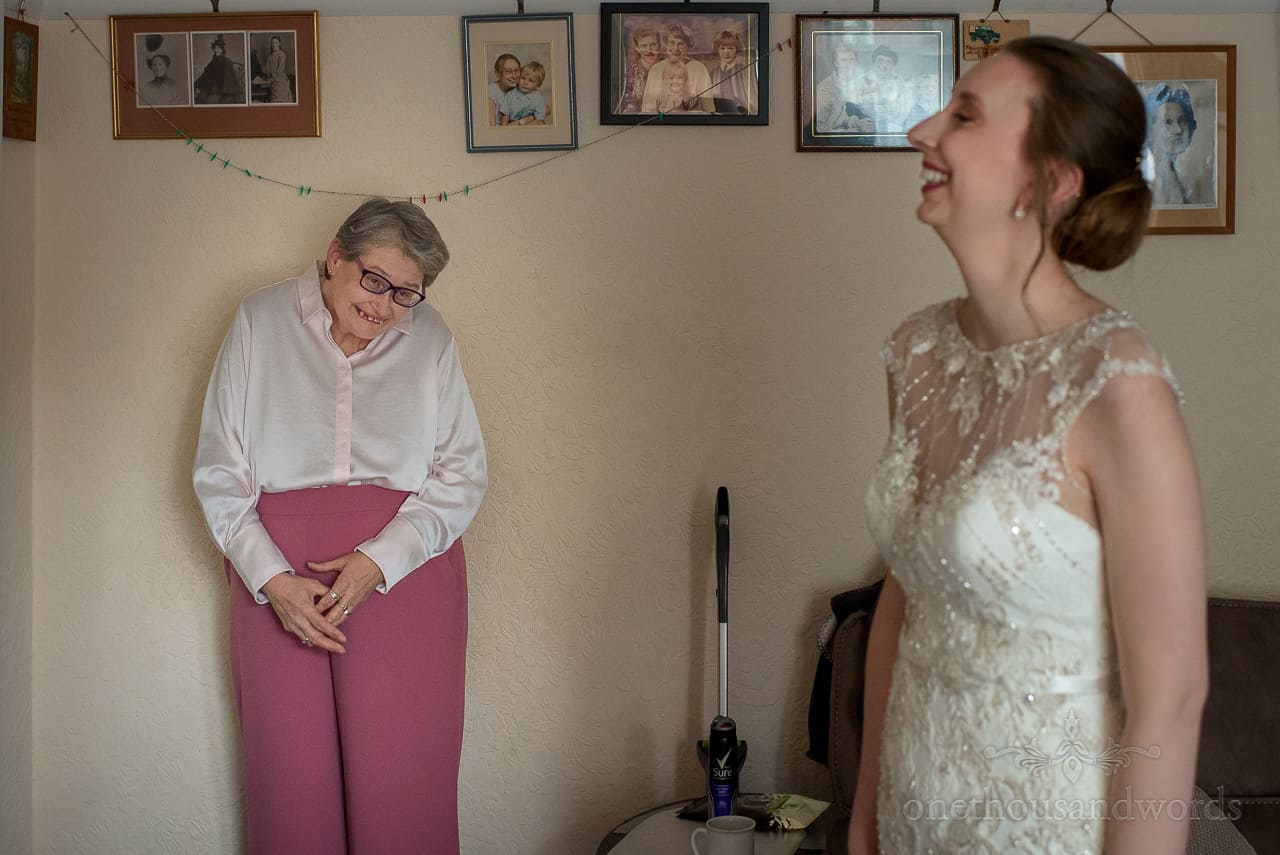 Mother of the bride sees her daughter in white weddign dress fo the first time on weddign morning